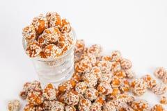 Geroosterde die pinda's met suiker en sesam met een laag worden bedekt stock afbeeldingen