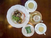 Geroosterde die varkensvleesribben en rijst in banaanblad met Roze thee wordt verpakt royalty-vrije stock afbeelding
