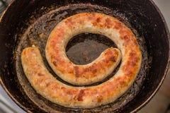 Geroosterde eigengemaakte worst in een pan stock fotografie