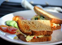 Geroosterde Eisandwich met tomaten stock foto's