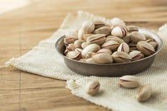 Geroosterde en gezouten pistaches in een kom, geroosterde gezouten smakelijke pistaches horizontale samenstelling stock fotografie