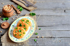 Geroosterde erwtenkoteletten op een plaat Gezonde voedingkoteletten van gele droge die erwten worden en met peterselie worden ver Stock Foto