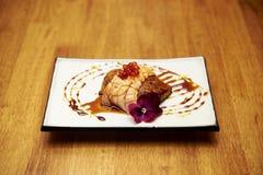 Geroosterde foie gras en zalmsushi Stock Afbeeldingen