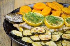 Geroosterde forel met groenten Stock Afbeelding