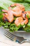 Geroosterde garnalen die op groene salade worden gediend Stock Foto's