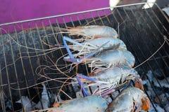 Geroosterde garnalen op de vlammende grill, zeevruchten op de markt van het straatvoedsel royalty-vrije stock fotografie