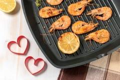 Geroosterde garnalen op een grillpan met citroen Stock Afbeeldingen