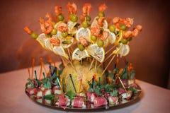 Geroosterde garnalen op vleespen met olijven, citroen dichtbij canapes bacon Royalty-vrije Stock Fotografie