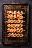 Geroosterde Garnalen op vleespennen op metaalnet Royalty-vrije Stock Foto's