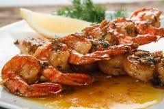 Geroosterde garnalen op witte plaat Mediterraan voedsel stock fotografie