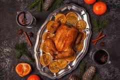 Geroosterde gehele kip met Kerstmisdecoratie stock foto's