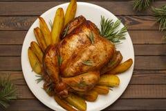 Geroosterde gehele kip met Kerstmisdecoratie stock foto
