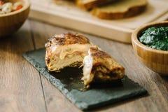 Geroosterde, gevulde kippenborst met brood en salade stock afbeeldingen
