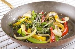 Geroosterde groene paprika in een pan royalty-vrije stock fotografie