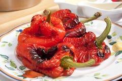 Geroosterde groene paprika's die op het maken van salade worden voorbereid Stock Fotografie