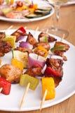 Geroosterde groente en vlees kebabs stock foto's
