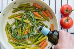 Geroosterde Groenten, Asperge, Wortel, Rosemary op een Pan, met dicht omhoog Olive Oil en Tomaten royalty-vrije stock afbeeldingen