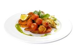 Geroosterde groenten in Genoese Venkel, tomaten, citroen, paprika, pompoen, wortelen royalty-vrije stock afbeelding