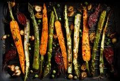 Geroosterde groenten met de toevoeging van olijfolie, kruiden en kruiden op de grillplaat, hoogste mening Gezond voedingsconcept royalty-vrije stock foto