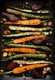 Geroosterde groenten met de toevoeging van olijfolie, kruiden en kruiden op de grillplaat, hoogste mening Gezond voedingsconcept royalty-vrije stock foto's