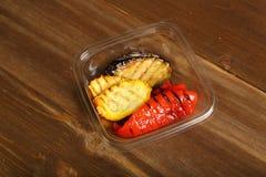 Geroosterde groenten met reepjes van plastic container royalty-vrije stock foto