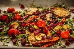 Geroosterde groenten met verse raket Royalty-vrije Stock Foto
