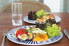 Geroosterde groenten op de plaat Stock Foto's