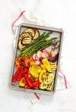 Geroosterde groenten op een bakseldienblad, mening van hierboven Stock Afbeelding