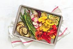 Geroosterde groenten op een bakseldienblad, mening van hierboven Stock Afbeeldingen