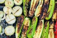 Geroosterde groenten op een barbecue van de grill pan, hoogste mening Stock Foto