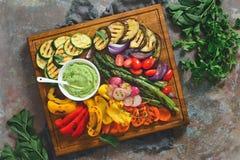 Geroosterde groenten op een rustieke die achtergrond, op houten BO wordt gediend Royalty-vrije Stock Foto's