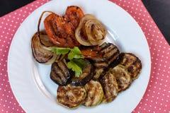 Geroosterde groenten op plaat Stock Foto's