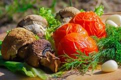 Geroosterde groenten, paddestoelen, tomaten, geroosterde groenten stock afbeelding