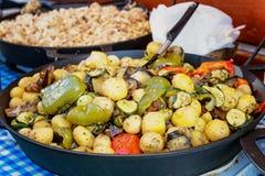 Geroosterde groenten voor aardappels in een gietijzerpan refreshment royalty-vrije stock fotografie