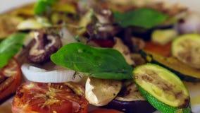 Geroosterde groentensalade stock video