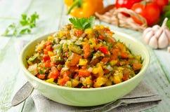 Geroosterde groentensalade met gele en rode groene paprika, eggpla Stock Afbeelding