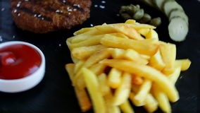Geroosterde hamburger met frieten en ingelegde komkommersaus stock footage