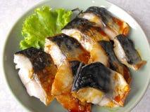 Geroosterde Japanse die makreel met sojasaus wordt gemarineerd Stock Afbeeldingen