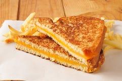 Geroosterde kaassandwich met gebraden gerechten stock afbeelding