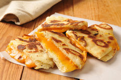 Geroosterde kaassandwich op naan brood stock fotografie