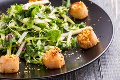 Geroosterde kammosselen met knapperige groene salade Royalty-vrije Stock Afbeeldingen