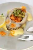 Geroosterde karperfilet op organische aardappel Stock Foto's