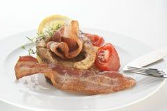 Geroosterde karperfilet op organische aardappel met bacon stock fotografie