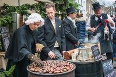 Geroosterde kastanjes voor verkoop bij het Dickens-festival in Deventer, Stock Foto's