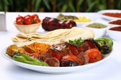 Geroosterde kebab met tomaten op de vleespennen royalty-vrije stock afbeeldingen