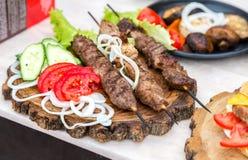 Geroosterde kebab of shashlik op houten vleespennen Stock Foto