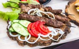 Geroosterde kebab of shashlik op houten vleespennen Royalty-vrije Stock Foto