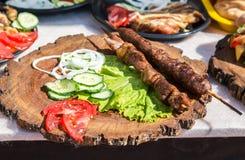Geroosterde kebab of shashlik op houten vleespennen Royalty-vrije Stock Afbeeldingen