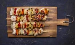 Geroosterde kebabs op een scherpe raad met saus houten hoogste dicht omhoog mening rustieke als achtergrond Royalty-vrije Stock Fotografie