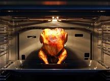 Geroosterde kip in een schone oven royalty-vrije stock fotografie